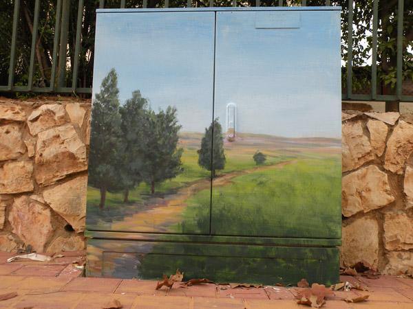 ציור נוף שקט על ארון חשמל