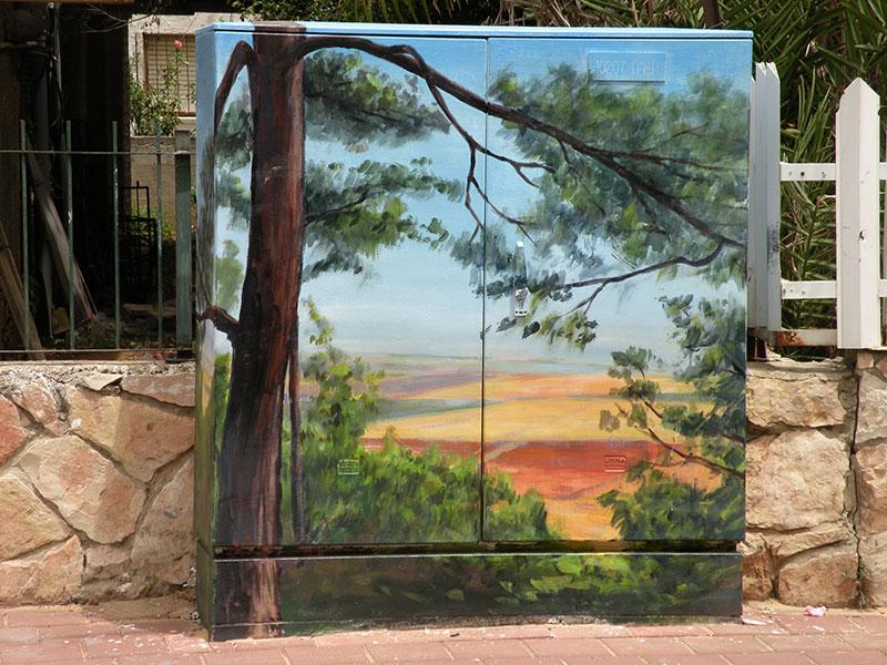 ציור של עץ על ארון חשמל