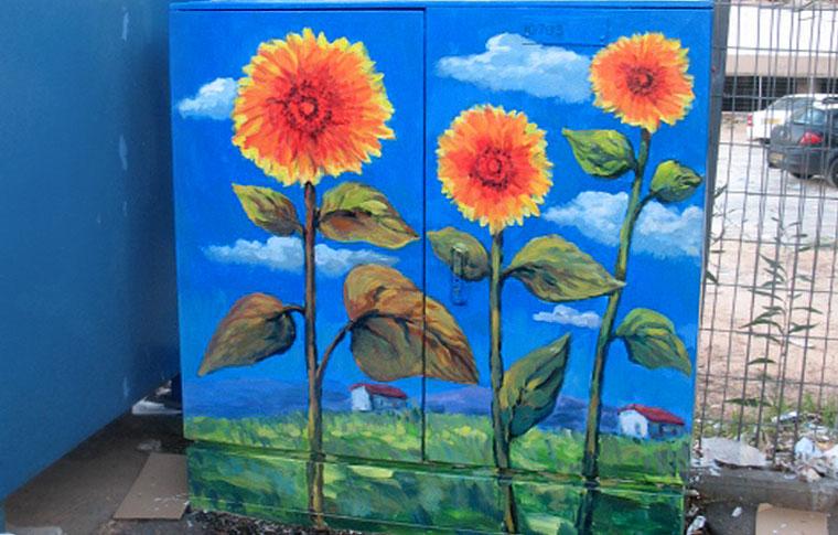 ציור של חמניות על ארון חשמל בבני ברק