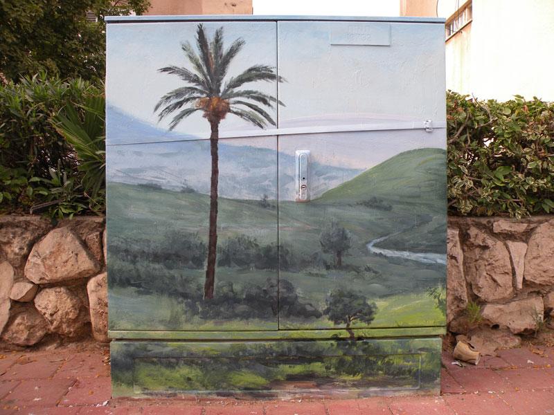 ציור נוף עם דקל על ארון חשמל