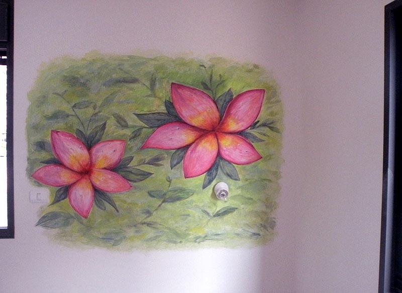ציורי קיר פרחים אדומים על רקע ירוק