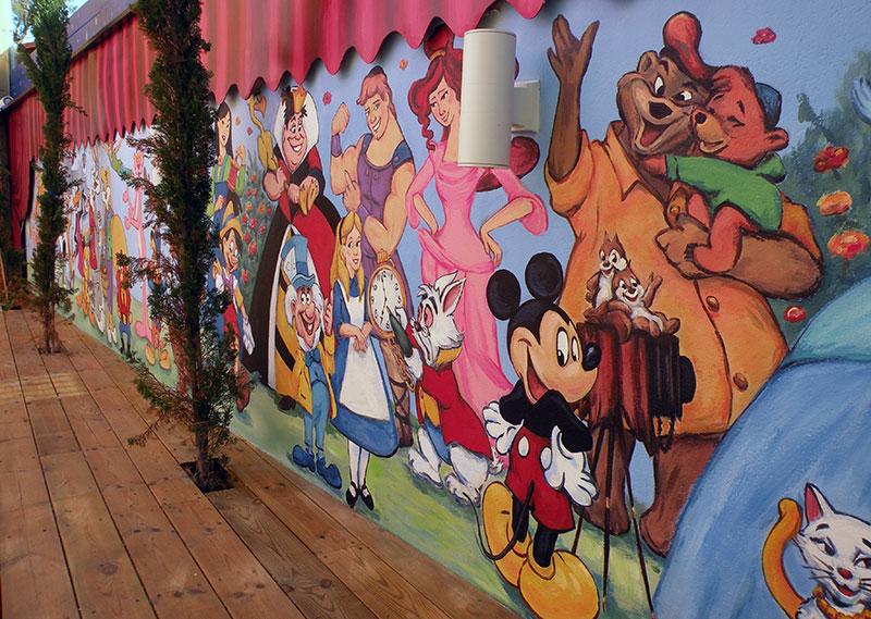 ציורי קיר דובונים על החומה בגן ילדים