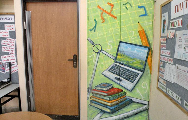 ציורי קיר מחשב וספרים על ארון