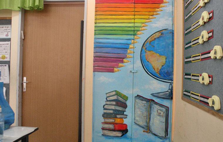 ציורי קיר עפרונות וספרים על ארון