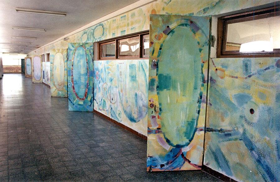 ציורי קיר אבסטרקטיים במסדרון