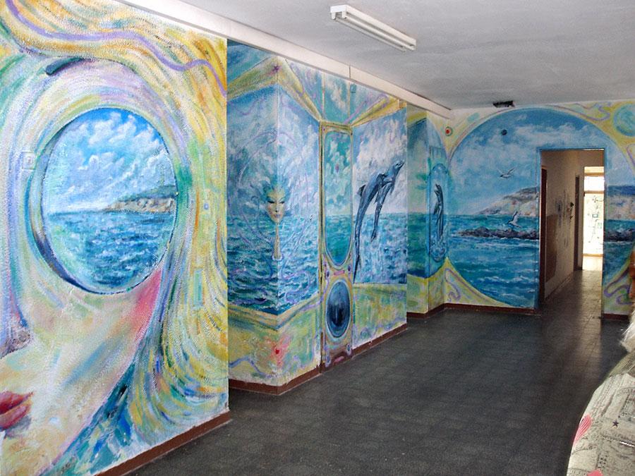 ציורי ים במסדרון