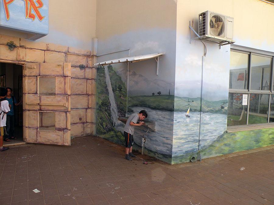 ציורי קיר נוף עם נהר והרים בבית ספר
