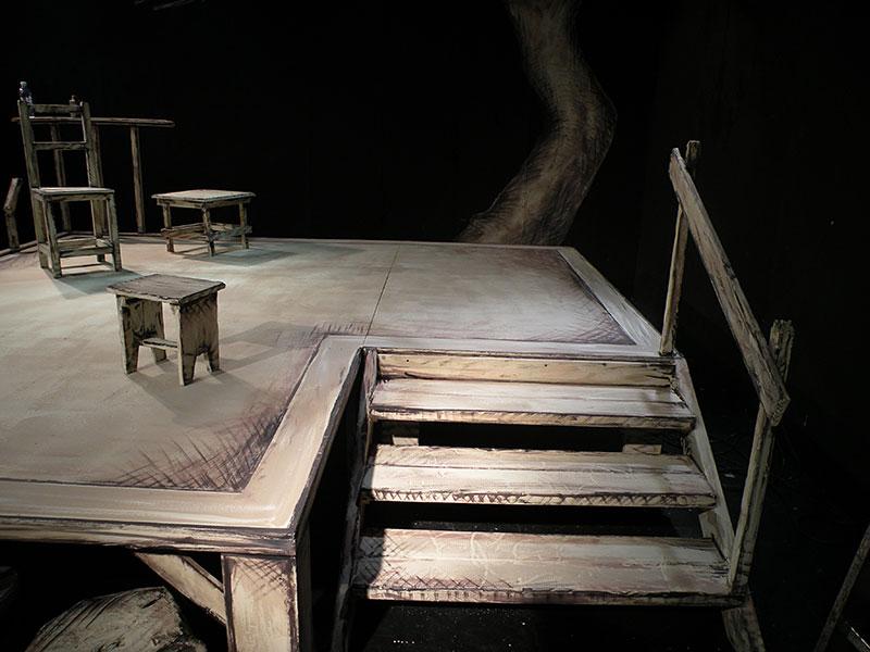תפאורות לתיאטרון ציור על רצפה וריהוט