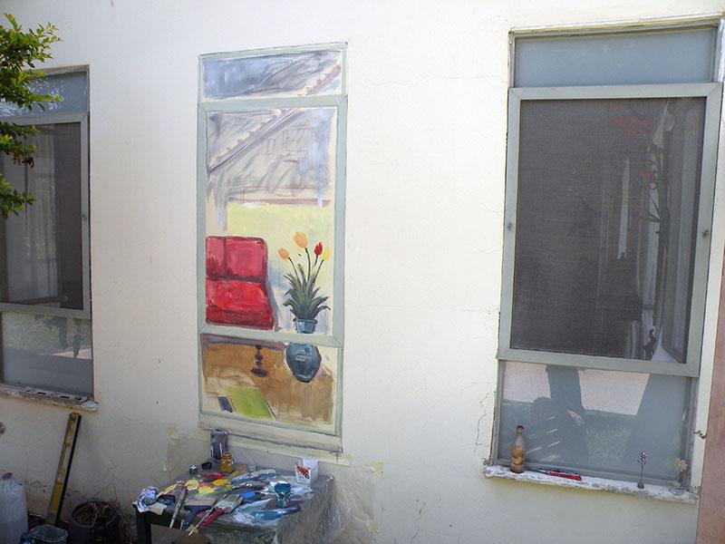 ציור של חלון על קיר חיצוני באמצע עבודה