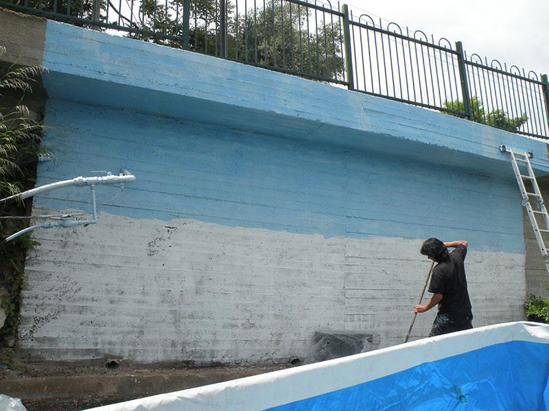 מארט מתחיל ציור קיר בצימר