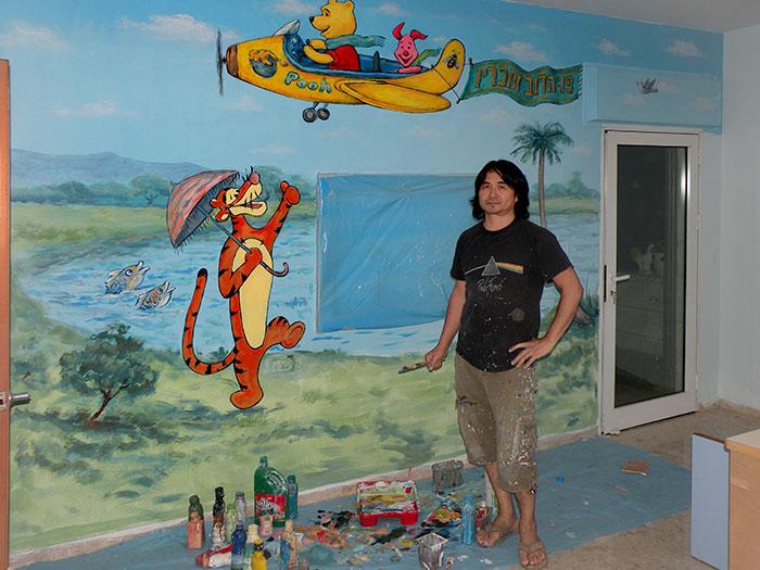 עבודה על ציורי קיר בחדר ילדים