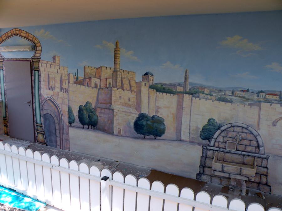 ציור קיר של מגדל דוד על קיר של בית הכנסת