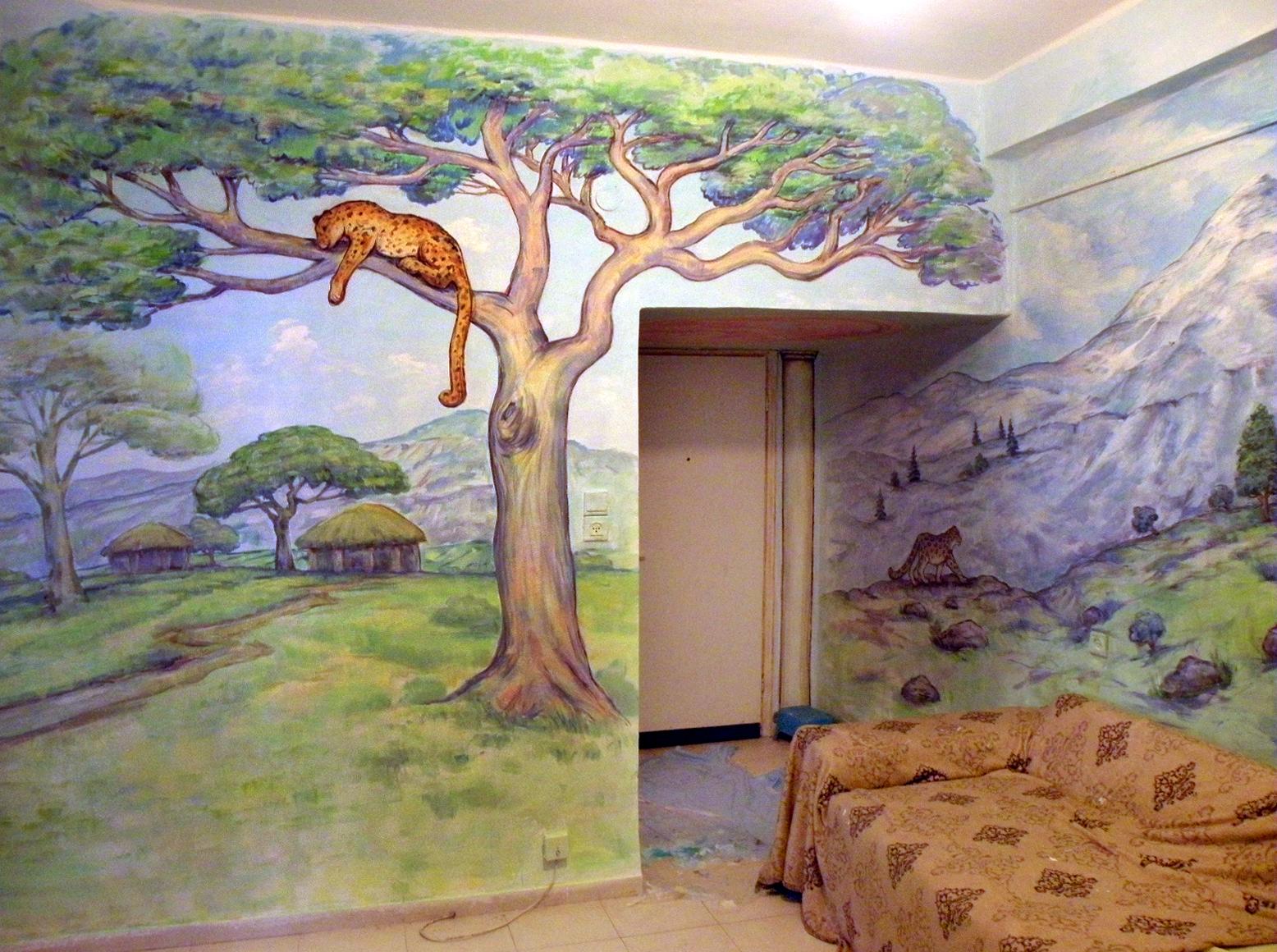 ציור קיר של נמר על העץ