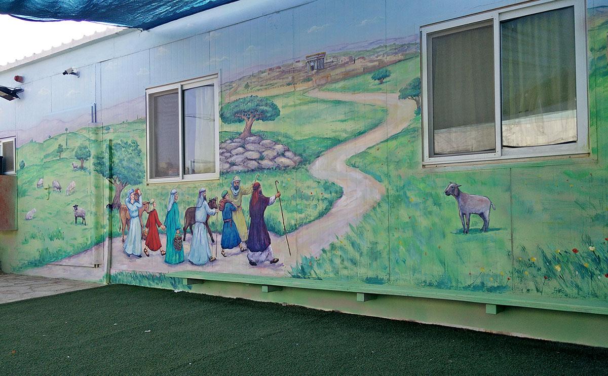ציור קיר בגן ילדים של יהודים הולכים לבית המקדש