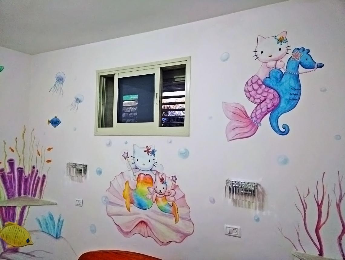 ציורי קיר של הלו קיטי בחדר ילדים