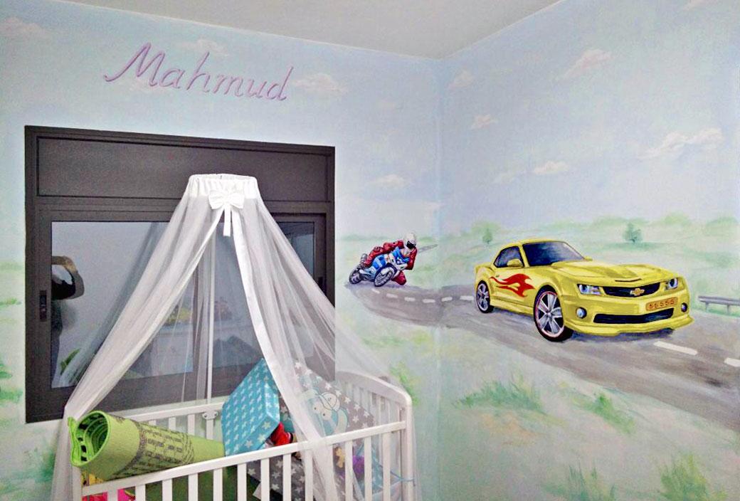 ציור של אוטו ואופנוע בחדר של תינוק