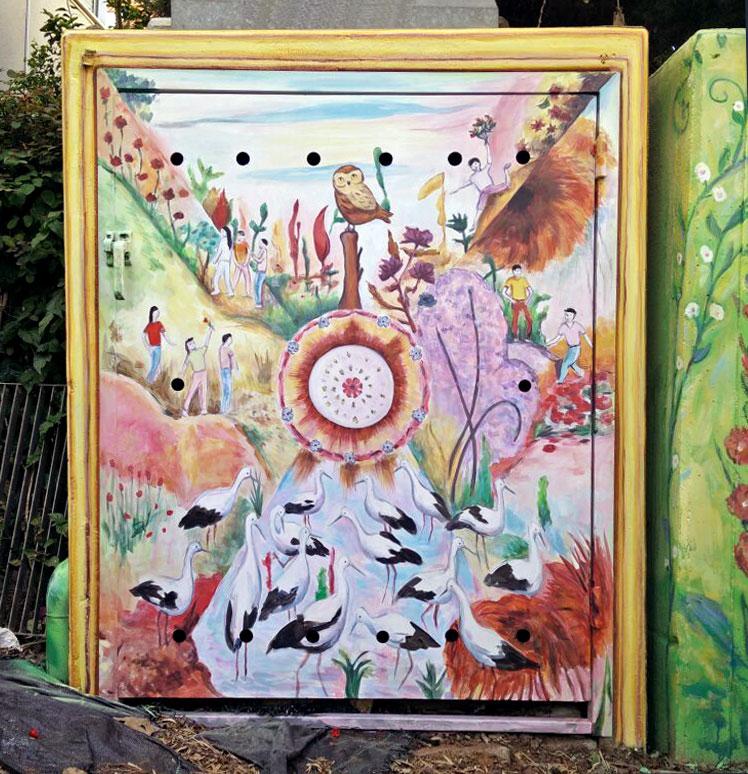 ציור על ארון חשמל בגינת הבית