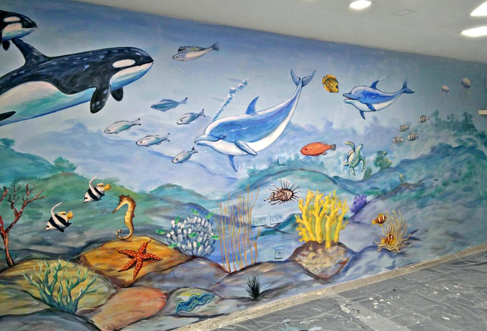 ציור של דגים ואלמוגים בחדר ילדים