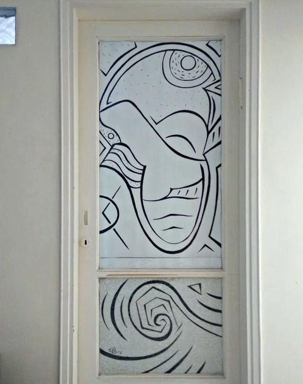 ציור אבסטרקטי שחור לבן על דלת