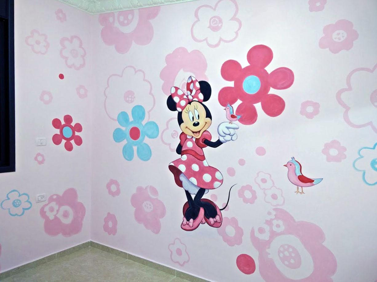 ציור של מיקי מאוס ועיצוב חדר של תינוקת