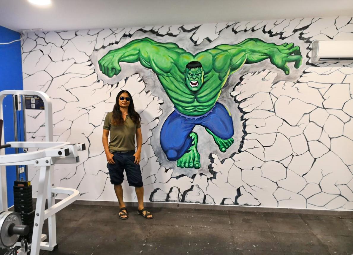 ציור קיר של האלק בחדר כושר