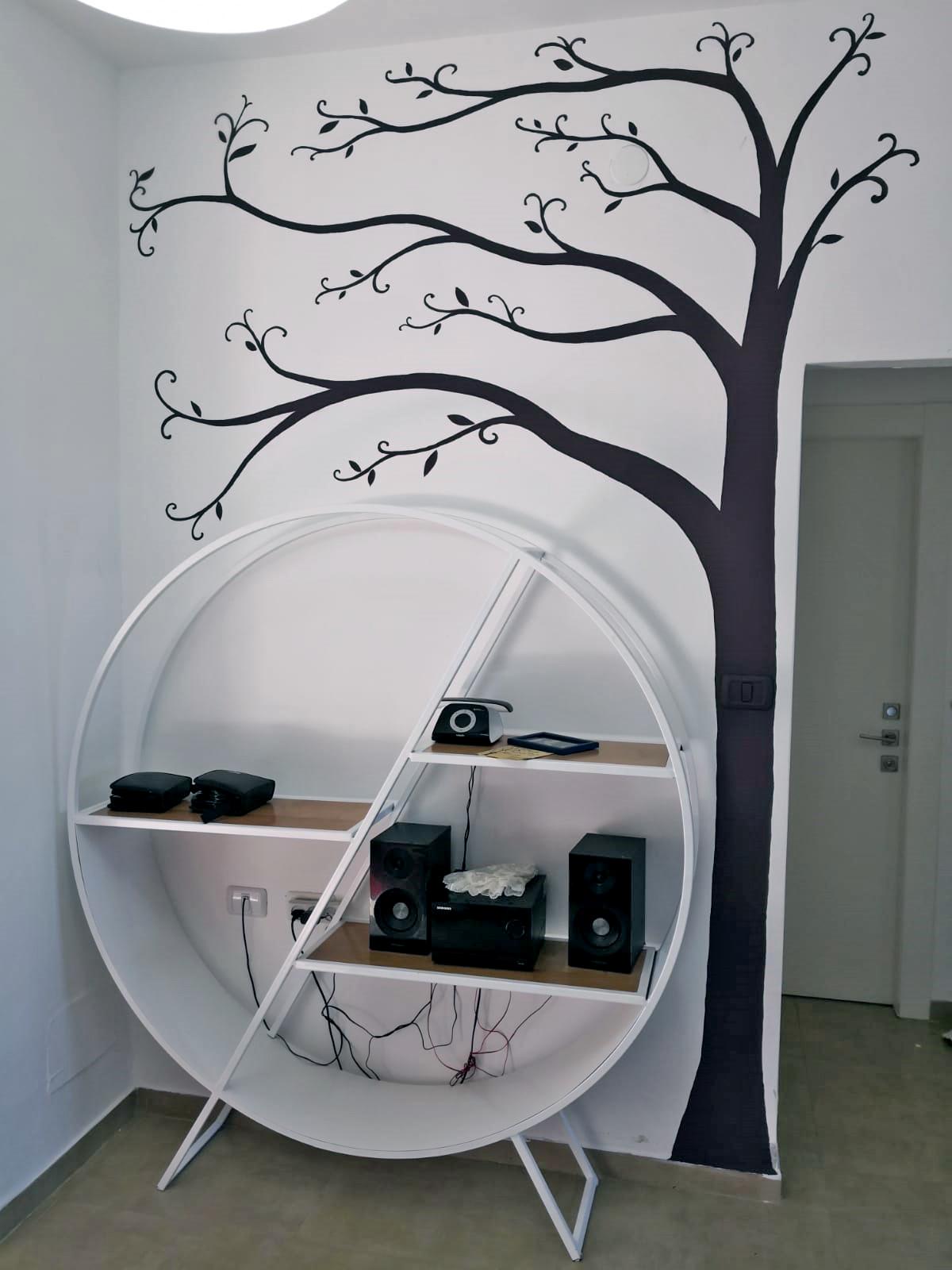 ציור של עץ דקורטיבי לחדר