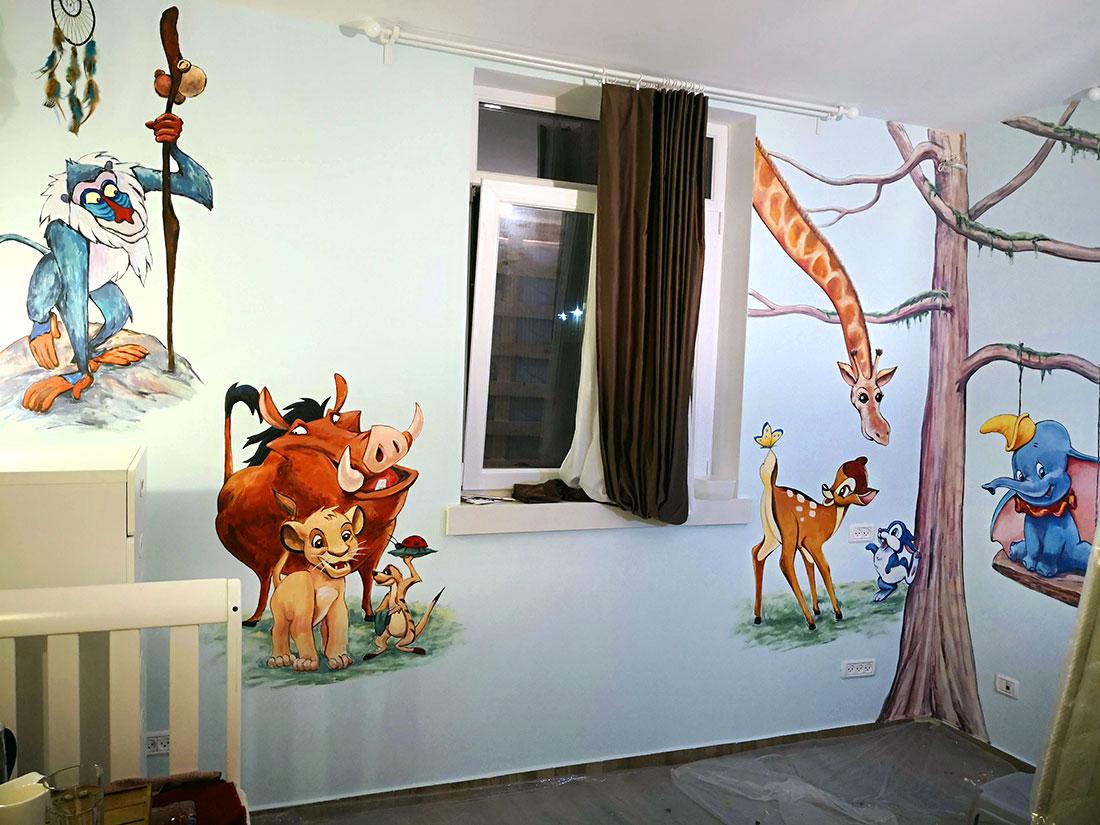 עיצוב חדר של תינוק עם דמויות מהסרטים מצוירים באמצעות ציורי קיר