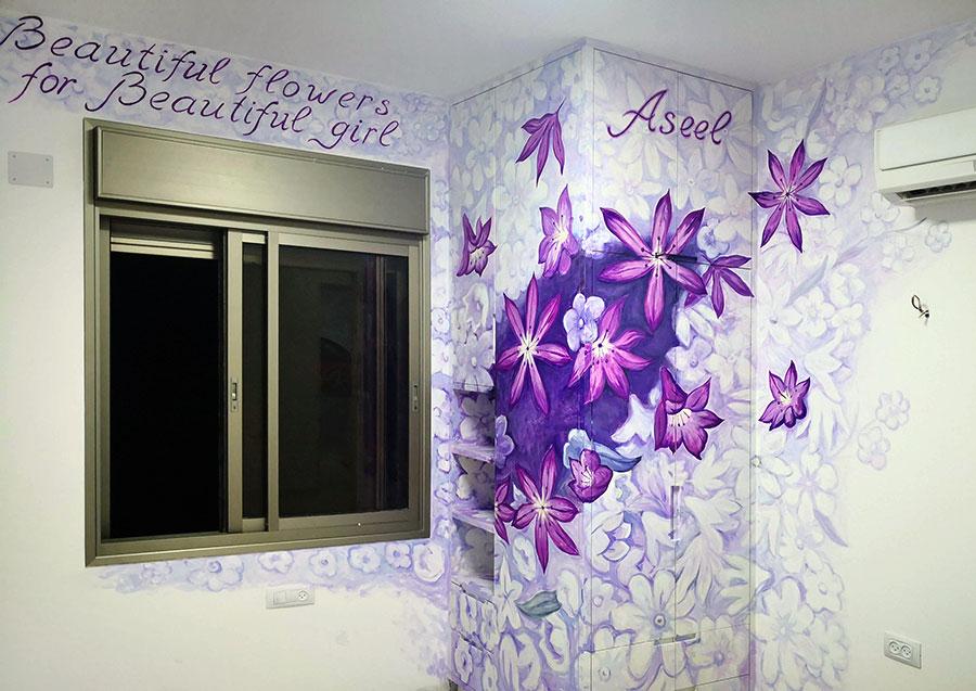 ציור של פרחים בחדר של אסל