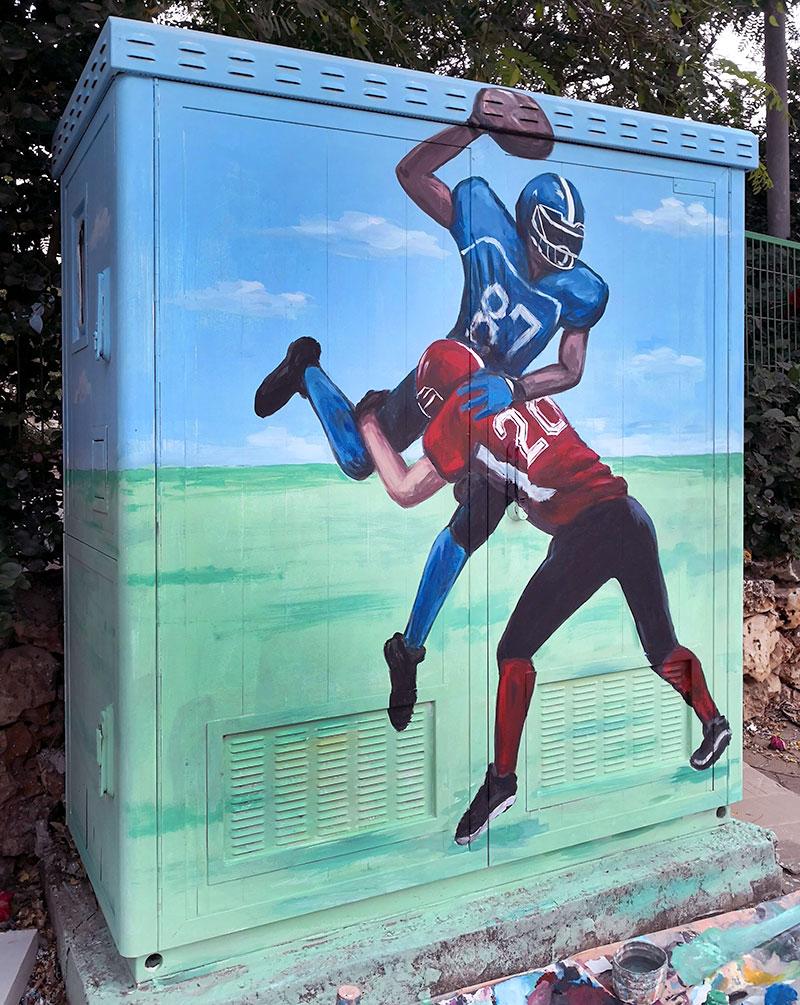 ציור על ארון חשמל של כדורגל אמריקאי