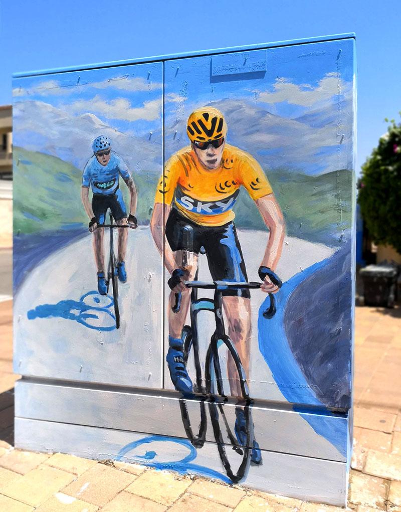ציור של רוכבי אופניים על ארון חשמל