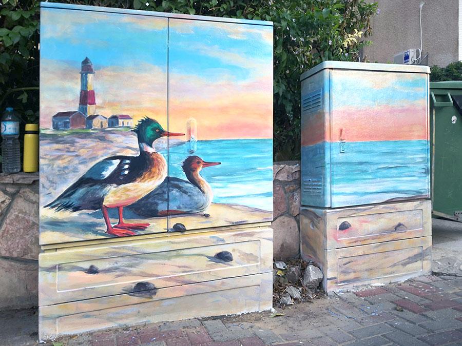 ציורים של ברווזים, מגדלור ונוף ימי על ארונות חשמל בנתניה