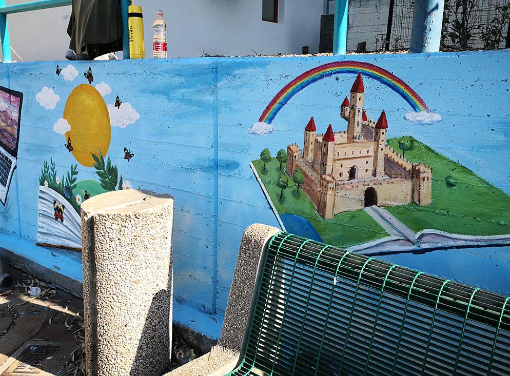ציור של טירה על גדר של הספרייה בתל מונד