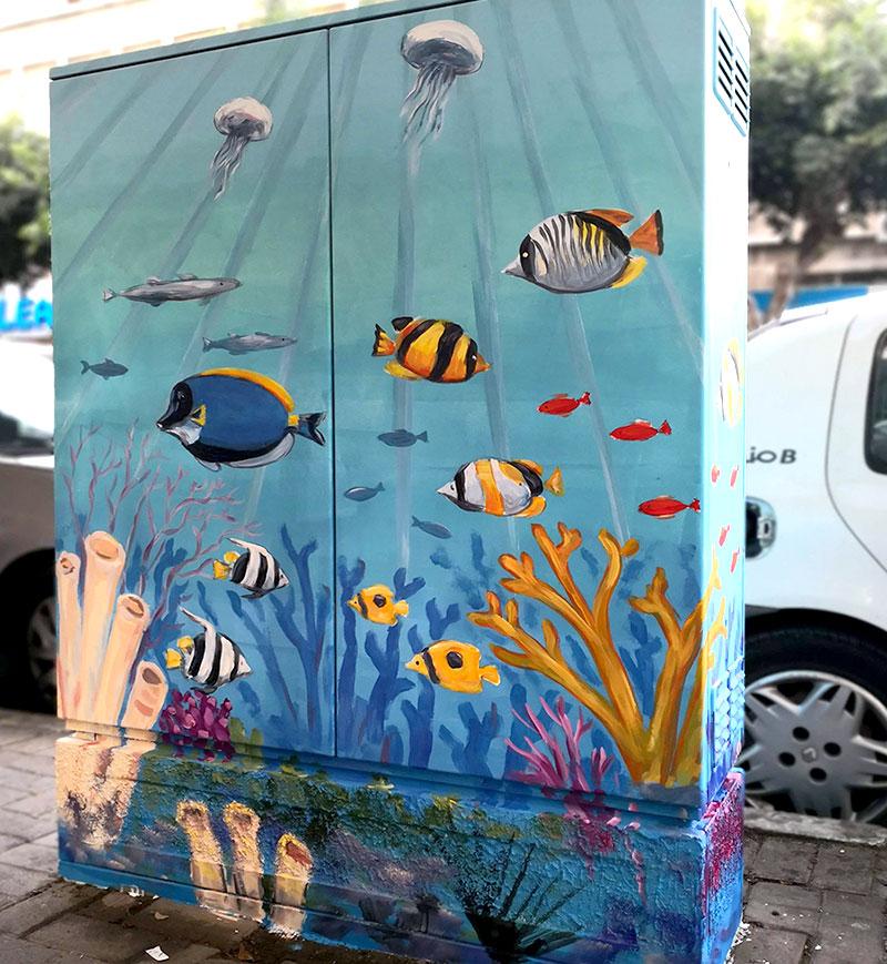 ציור של דגים ומדוזות על ארון חשמל