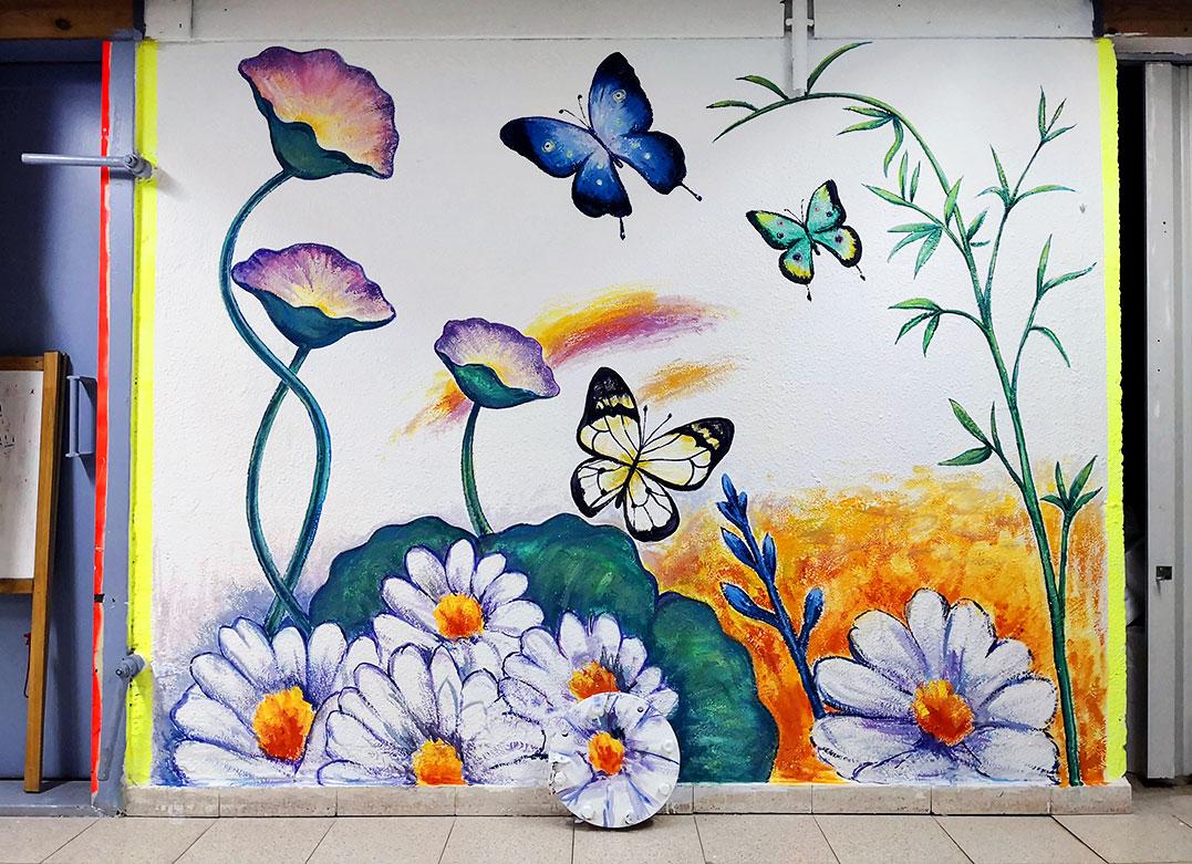 ציור קיר של פרחים במקלט של ספרייה בתל מונד
