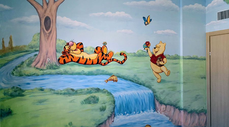 ציור קיר של פו הדב ונמר ליד נחל לחדר ילדים