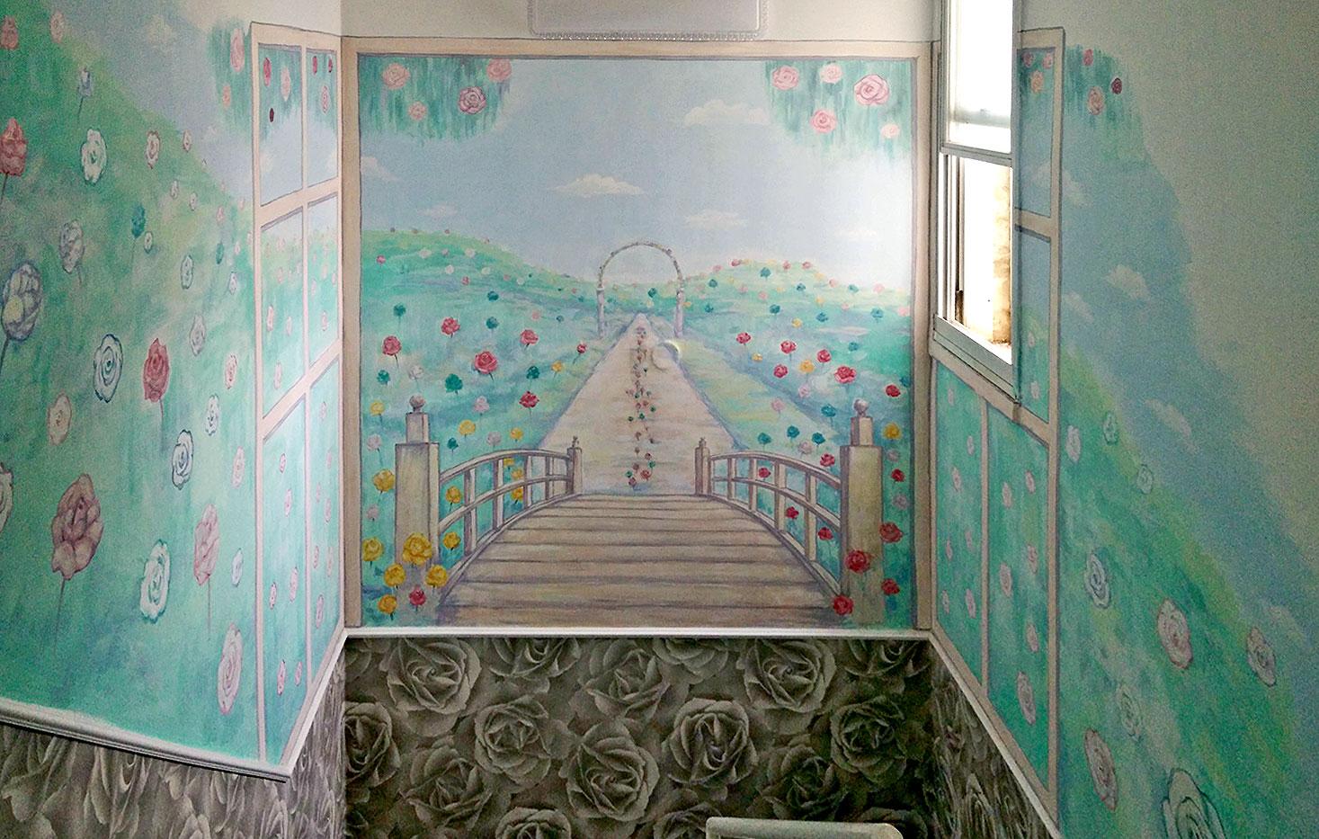 ציורי קיר של נוף עם ורדים בחדר מדרגות של בית הפרטי