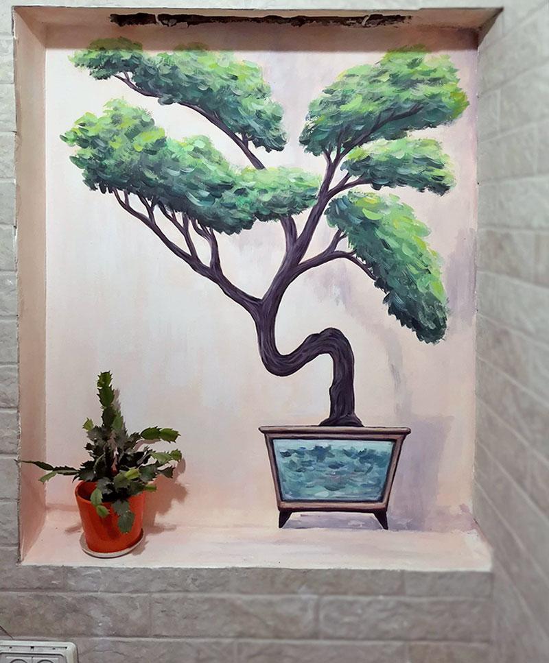 עץ מצויר בנישה בסלון