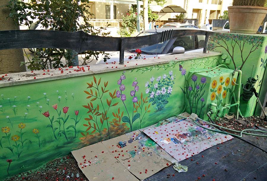 ציור של פרחים על הגדר ארוך בחצר הבית