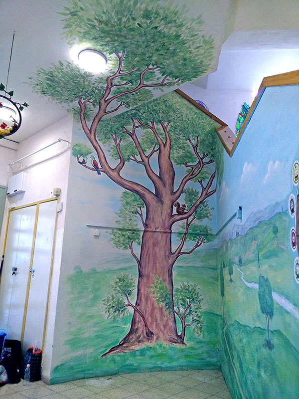 ציור של עץ בבית ספר
