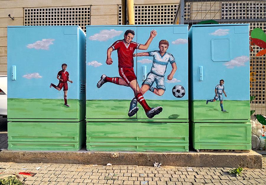 ציור של כדורגל על ארונות חשמל בנתניה