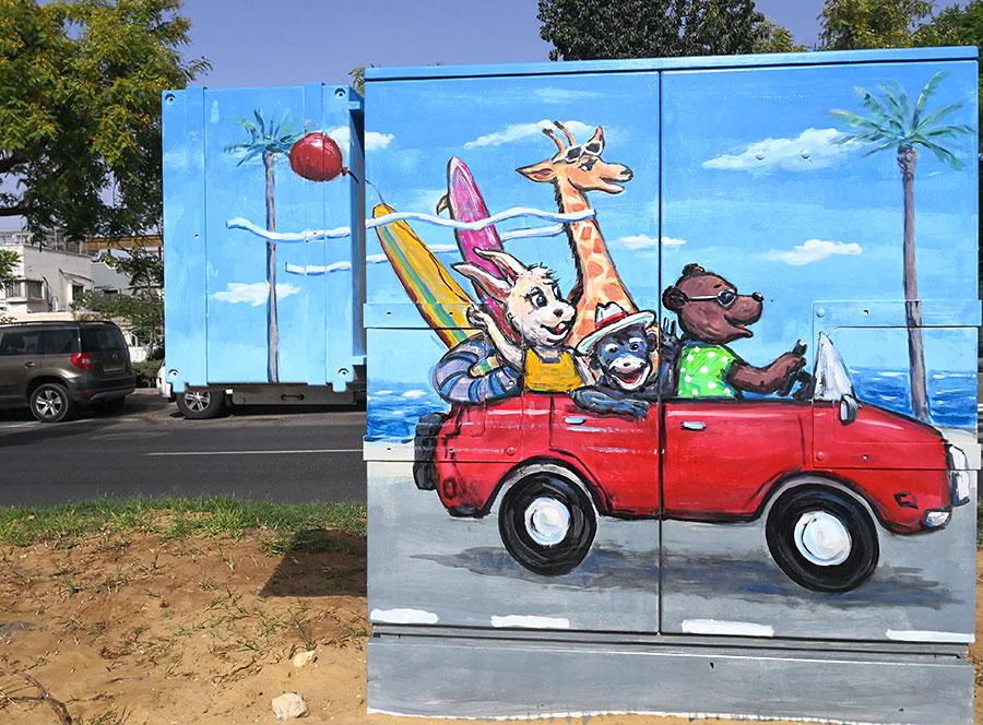 חברים באוטו בדרך לים - ציור על ארון חשמל