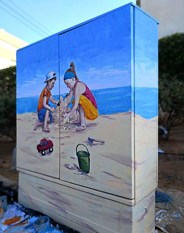 ילדים בחוף משחקים - ציור על ארון חשמל