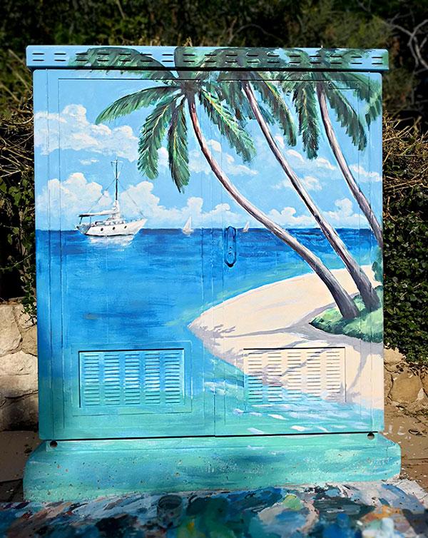 ציור של נוף עם דקלים וסירה על ארון חשמל