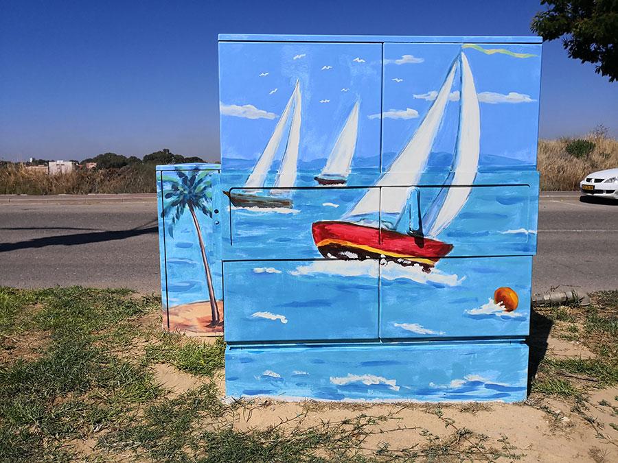 ים ומפרשיות ציור על ארון חשמל