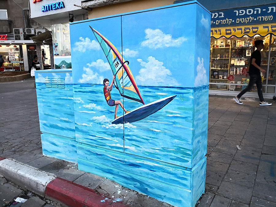 ציור של מפרשית על ארון חשמל