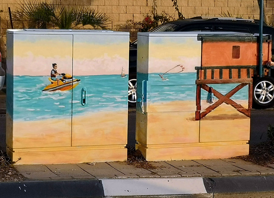 סירת מנוע וחוף הים - ציורים על ארונות חשמל