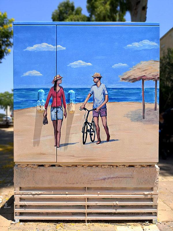 זוג על חוף הים - ציור על ארון חשמל