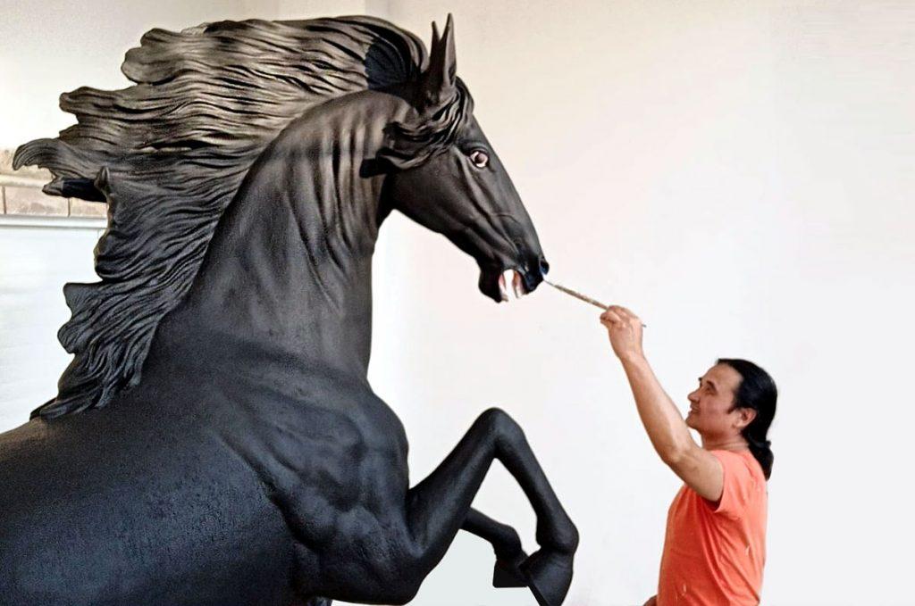 שחזור וצביעה של סוס שחור בכניסה לבית עסק
