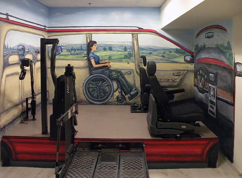 ציורים על שלושה קירות שנותנים אווירה שבתוך הרכב