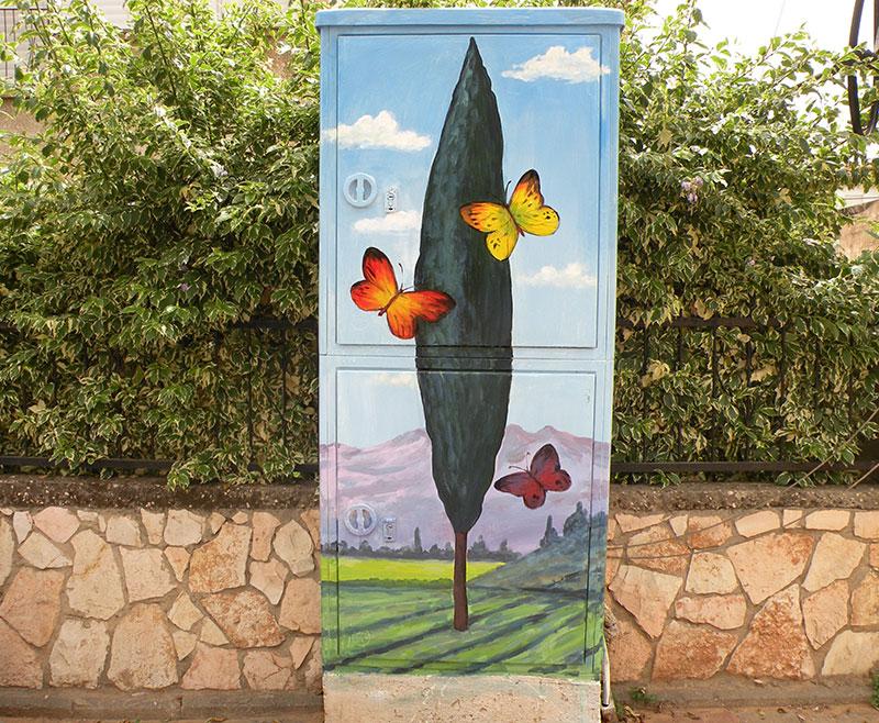 פרפרים וברוש על ארון חשמל